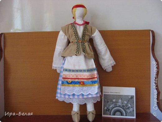 Сегодня я представляю куклу Сударушку. На Руси они были самые любимые и самые хранимые  куклы.... Обычно их шили женщины для детей, когда девочки подрастали они сами шили кукол... . Они красиво наряжали своих кукол, делали им прическу. Но лица у традиционной тряпичной куклы не было. Это имело особый смысл: так она оставалась недоступной для вселения в нее злых сил, а значит, была безвредной для ребенка. В то же самое время, таким образом, она могла быть многоликой, то есть и смеяться и плакать в зависимости от игровой ситуации. В кукольных забавах дети проигрывали разные деревенские праздничные обряды. Они очень серьезно относились к игре: сохраняли последовательность обряда, повторяли разговоры взрослых и исполняемые ими песни. Взрослые всегда оценивали умение детей в изготовлении куклы, так как кукла выступала эталоном рукоделия. Изготавливая кукол, девочки учились вышивать, шить, прясть.  В каждой семье её делали по-своему. Куклы Ивановых отличались от кукол Петровых. Они несли отпечаток душевной среды этих семей, их понимания мира. Во-вторых, в игрушки, которые создавали для своих детей отцы и матери, бабушки и дедушки, они вкладывали свою любовь и мудрость. Дети чувствовали это и относились к своим куклам и игрушкам бережно. Разве можно выбросить родительскую любовь?  фото 14