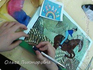 Когда я была маленькой, у меня было очень много игрушечных лошадок. Я рисовала лошадей, читала про них книги, и вообще мне очень сильно нравились эти животные. Летом 2016 года сбылась моя мечта: родители разрешили мне заниматься верховой ездой. В нашей конно-спортивной школе 15 лошадей. У каждой лошади имеется свой денник, где стоит кормушка, емкость для воды. Мой тренер меня многому научила, я уже умею держаться в седле, управлять лошадью. Зовут мою лошадку Дуся, я ее очень люблю и приношу ей лакомства: морковку, яблоки. Сейчас мы с Дусей активно готовимся к нашим первым соревнованиям. Момент нашей тренировки я нарисовала. фото 8