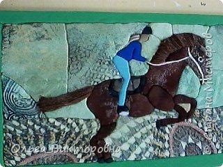 Когда я была маленькой, у меня было очень много игрушечных лошадок. Я рисовала лошадей, читала про них книги, и вообще мне очень сильно нравились эти животные. Летом 2016 года сбылась моя мечта: родители разрешили мне заниматься верховой ездой. В нашей конно-спортивной школе 15 лошадей. У каждой лошади имеется свой денник, где стоит кормушка, емкость для воды. Мой тренер меня многому научила, я уже умею держаться в седле, управлять лошадью. Зовут мою лошадку Дуся, я ее очень люблю и приношу ей лакомства: морковку, яблоки. Сейчас мы с Дусей активно готовимся к нашим первым соревнованиям. Момент нашей тренировки я нарисовала. фото 1