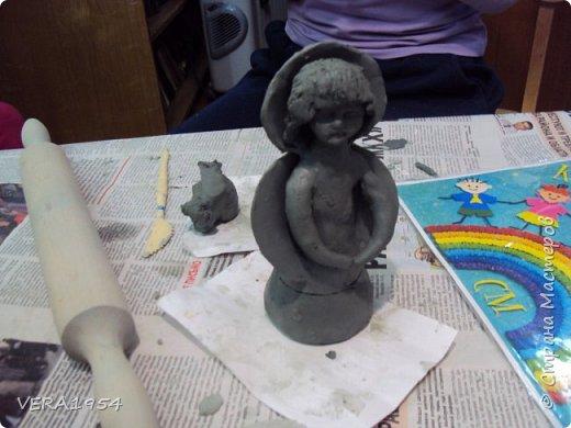 Здравствуйте!    На конкурс я решила слепить ангела - девочку с Мишкой по дивеевским мотивам.    Ангел – это духовное, бесплотное существо, обладающее необычными возможностями. Традиционно ангел изображается как существо с крыльями за спиной. В своей фигуре я хотела объяснить, что у каждого ребенка есть свой ангел - хранитель. фото 6