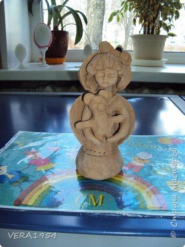 Здравствуйте!    На конкурс я решила слепить ангела - девочку с Мишкой по дивеевским мотивам.    Ангел – это духовное, бесплотное существо, обладающее необычными возможностями. Традиционно ангел изображается как существо с крыльями за спиной. В своей фигуре я хотела объяснить, что у каждого ребенка есть свой ангел - хранитель. фото 8