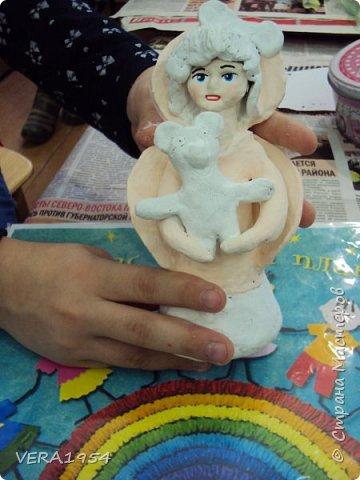 Здравствуйте!    На конкурс я решила слепить ангела - девочку с Мишкой по дивеевским мотивам.    Ангел – это духовное, бесплотное существо, обладающее необычными возможностями. Традиционно ангел изображается как существо с крыльями за спиной. В своей фигуре я хотела объяснить, что у каждого ребенка есть свой ангел - хранитель. фото 11