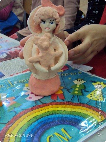 Здравствуйте!    На конкурс я решила слепить ангела - девочку с Мишкой по дивеевским мотивам.    Ангел – это духовное, бесплотное существо, обладающее необычными возможностями. Традиционно ангел изображается как существо с крыльями за спиной. В своей фигуре я хотела объяснить, что у каждого ребенка есть свой ангел - хранитель. фото 12