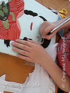 Мы купили черепашку Тортиллу на ярмарке в прошлом году. Она была очень маленькая (с орех), а сейчас она выросла размером с чайное блюдце. Я ее кормлю креветками, рыбой и хлебом. Тортилла любит гулять. Летом я буду отпускать ее на полянку, а пока она гуляет на столе. Я еле успеваю ее ловить, так быстро она улепетывает от меня. Она любит, когда я мою ей животик. На своем панно я изобразила, как я ухаживаю за своей любимицей.  фото 7