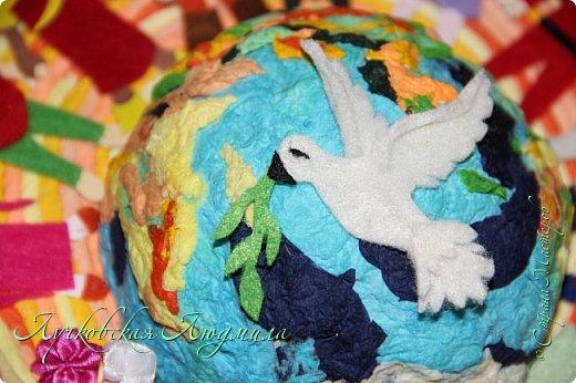 """Настенное панно"""" Наше будущее""""              Разноцветная планета На свете живут разноцветные дети, Живут на одной разноцветной планете, И эта планета на все времена У всех разноцветных всего лишь одна!  Давайте, ребята, назло непогодам Обнимем планету своим хороводом! Развеем над нею и тучи и дым, В обиду её никому не дадим! (стихи Владимир Орлова ) фото 14"""