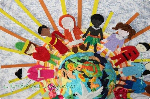 """Настенное панно"""" Наше будущее""""              Разноцветная планета На свете живут разноцветные дети, Живут на одной разноцветной планете, И эта планета на все времена У всех разноцветных всего лишь одна!  Давайте, ребята, назло непогодам Обнимем планету своим хороводом! Развеем над нею и тучи и дым, В обиду её никому не дадим! (стихи Владимир Орлова ) фото 13"""