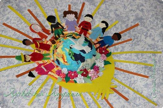 """Настенное панно"""" Наше будущее""""              Разноцветная планета На свете живут разноцветные дети, Живут на одной разноцветной планете, И эта планета на все времена У всех разноцветных всего лишь одна!  Давайте, ребята, назло непогодам Обнимем планету своим хороводом! Развеем над нею и тучи и дым, В обиду её никому не дадим! (стихи Владимир Орлова ) фото 11"""