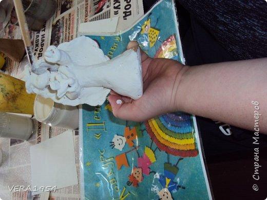 Здравствуйте!       Я прочитал много книг. И мне очень понравились сказки С.Прокофьевой  про Белоснежку. Я захотел слепить ее из глины.   Начал я с туловища, это было не очень сложно, самое трудное оказалось лепка головы, шеи и рук. Когда я ее раскрашивал, то долго выбирал краски, чтобы передать все ее добрые, красивые черты.    Еще я слепил маленькую птичку. Белоснежка общалась с птицами и животными, делясь своей мудростью с природой.   В свою игрушку я вложил всю доброту, красоту, смелость и храбрость этой девушки.  фото 8