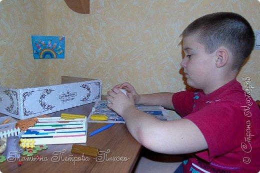 Здравствуйте, дорогие друзья! Мы с Максимом решили сделать для конкурса иллюстрацию к русской народной сказке про Колобка. Он один из любимых сказочных героев у маленьких детишек, потому что сам как маленький ребёнок - простой и наивный, любопытный и непоседливый, не успел появиться на свет и тут же сбежал из дома, не ведая, что за его пределами может поджидать опасность... С помощью этой иллюстрации Максим будет показывать мини-спектакли своему младшему братику, которому полтора годика, и учить его уму-разуму, чтобы он слушался старших и не убегал из дома.  фото 3