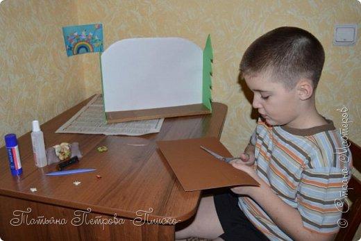 Здравствуйте, дорогие друзья! Мы с Максимом решили сделать для конкурса иллюстрацию к русской народной сказке про Колобка. Он один из любимых сказочных героев у маленьких детишек, потому что сам как маленький ребёнок - простой и наивный, любопытный и непоседливый, не успел появиться на свет и тут же сбежал из дома, не ведая, что за его пределами может поджидать опасность... С помощью этой иллюстрации Максим будет показывать мини-спектакли своему младшему братику, которому полтора годика, и учить его уму-разуму, чтобы он слушался старших и не убегал из дома.  фото 5