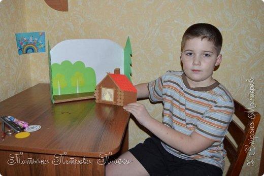 Здравствуйте, дорогие друзья! Мы с Максимом решили сделать для конкурса иллюстрацию к русской народной сказке про Колобка. Он один из любимых сказочных героев у маленьких детишек, потому что сам как маленький ребёнок - простой и наивный, любопытный и непоседливый, не успел появиться на свет и тут же сбежал из дома, не ведая, что за его пределами может поджидать опасность... С помощью этой иллюстрации Максим будет показывать мини-спектакли своему младшему братику, которому полтора годика, и учить его уму-разуму, чтобы он слушался старших и не убегал из дома.  фото 6