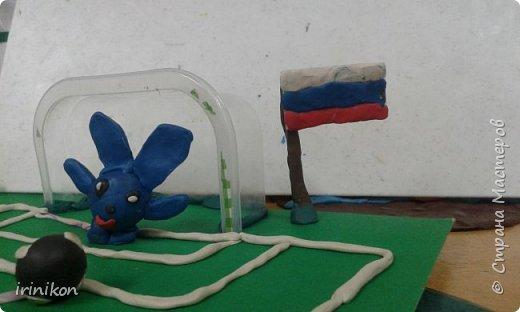 Когда я рассказала о конкурсе,  Василиса сразу решила лепить смешариков. И здесь любимые смешарики играют в футбол. фото 14