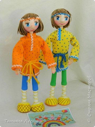 """Знакомьтесь- крестьянские мальчишки- братишки Проша и Ванюша. Крестьянские дети с 5-6 лет делали игрушки сами- луки, стрелы, кораблики и лодочки из древней коры, """"бирюльки"""" и """"гусёк"""", воздушных змеев и расшитые фарфоровые черепки. Несмотря на очевидную простоту игрушек, среди них не было явных безделиц, все они имели определённое назначение и служили способом освоения ребёнком окружающего мира. Проша и Ванюша построили свои кораблики и отправились с ними на пруд. фото 10"""