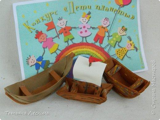 """Знакомьтесь- крестьянские мальчишки- братишки Проша и Ванюша. Крестьянские дети с 5-6 лет делали игрушки сами- луки, стрелы, кораблики и лодочки из древней коры, """"бирюльки"""" и """"гусёк"""", воздушных змеев и расшитые фарфоровые черепки. Несмотря на очевидную простоту игрушек, среди них не было явных безделиц, все они имели определённое назначение и служили способом освоения ребёнком окружающего мира. Проша и Ванюша построили свои кораблики и отправились с ними на пруд. фото 11"""