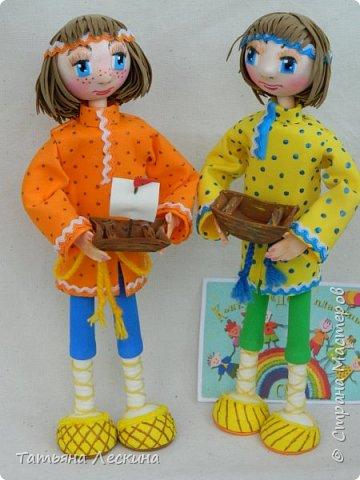 """Знакомьтесь- крестьянские мальчишки- братишки Проша и Ванюша. Крестьянские дети с 5-6 лет делали игрушки сами- луки, стрелы, кораблики и лодочки из древней коры, """"бирюльки"""" и """"гусёк"""", воздушных змеев и расшитые фарфоровые черепки. Несмотря на очевидную простоту игрушек, среди них не было явных безделиц, все они имели определённое назначение и служили способом освоения ребёнком окружающего мира. Проша и Ванюша построили свои кораблики и отправились с ними на пруд. фото 12"""