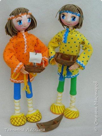 """Знакомьтесь- крестьянские мальчишки- братишки Проша и Ванюша. Крестьянские дети с 5-6 лет делали игрушки сами- луки, стрелы, кораблики и лодочки из древней коры, """"бирюльки"""" и """"гусёк"""", воздушных змеев и расшитые фарфоровые черепки. Несмотря на очевидную простоту игрушек, среди них не было явных безделиц, все они имели определённое назначение и служили способом освоения ребёнком окружающего мира. Проша и Ванюша построили свои кораблики и отправились с ними на пруд. фото 13"""