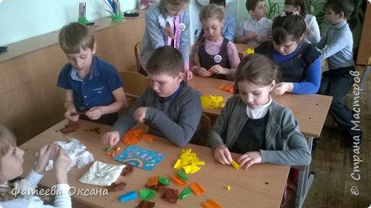 """Здравствуйте, уважаемые жители Страны Мастеров! Представляю Вам работу, выполненную моими учениками. Мы - первоклассники. Несмотря на это, стараемся быть активными участниками образовательного и творческого процесса. Так, в рамках мероприятий, посвященных Году Экологии в России, мы приняли участие во Всероссийском Заповедном уроке, региональном Заповедном уроке. Создаем классный проект на экологическую тему. Поэтому ребята решили выполнить работу именно в номинации """"Зеленая планета"""".  Работа представляет собой мозаичную аппликацию, выполненную шариками из гофрированной бумаги.  фото 4"""