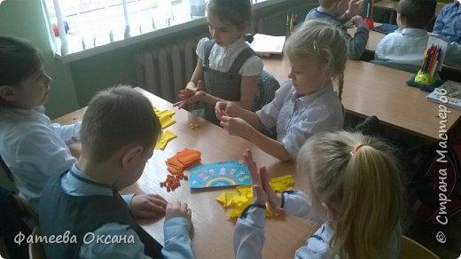 """Здравствуйте, уважаемые жители Страны Мастеров! Представляю Вам работу, выполненную моими учениками. Мы - первоклассники. Несмотря на это, стараемся быть активными участниками образовательного и творческого процесса. Так, в рамках мероприятий, посвященных Году Экологии в России, мы приняли участие во Всероссийском Заповедном уроке, региональном Заповедном уроке. Создаем классный проект на экологическую тему. Поэтому ребята решили выполнить работу именно в номинации """"Зеленая планета"""".  Работа представляет собой мозаичную аппликацию, выполненную шариками из гофрированной бумаги.  фото 5"""