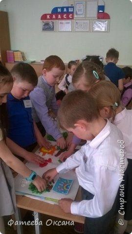 """Здравствуйте, уважаемые жители Страны Мастеров! Представляю Вам работу, выполненную моими учениками. Мы - первоклассники. Несмотря на это, стараемся быть активными участниками образовательного и творческого процесса. Так, в рамках мероприятий, посвященных Году Экологии в России, мы приняли участие во Всероссийском Заповедном уроке, региональном Заповедном уроке. Создаем классный проект на экологическую тему. Поэтому ребята решили выполнить работу именно в номинации """"Зеленая планета"""".  Работа представляет собой мозаичную аппликацию, выполненную шариками из гофрированной бумаги.  фото 10"""