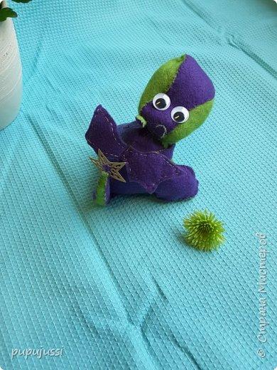 Вот такой дракоша Родился! В Финляндии будущего ребёнка называют вечерней звёздочкой.Поэтому у дракоши на хвостике  берестяная звездочка,как образ ребёнка.  Я думаю,что игрушки будущего должны быть мягкими ,тёплыми и сделаны руками мамы. фото 3