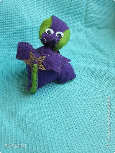 Вот такой дракоша Родился! В Финляндии будущего ребёнка называют вечерней звёздочкой.Поэтому у дракоши на хвостике  берестяная звездочка,как образ ребёнка.  Я думаю,что игрушки будущего должны быть мягкими ,тёплыми и сделаны руками мамы. фото 4