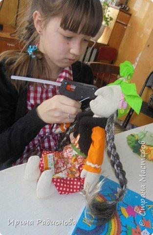Здравствуйте! Меня зовут Женя. На этот конкурс я решила сделать свою самую любимую героиню русских сказок Бабу -Ягу. Но мне захотелось показать ее не злой и хитрой старухой, а очень милом бабусей. Ведь и она когда то была молодой и вполне симпатичной женщиной.     фото 8