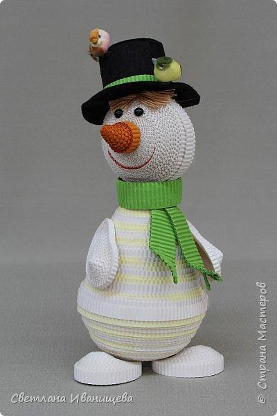 """Стихотворение  """"Снеговик""""  В. Степанова  послужило источником вдохновения для создания  нашей композиции.  Раз - рука, два - рука -  Лепим мы снеговика! Три - четыре, три - четыре, Нарисуем рот по шире! Пять - найдем морковь для носа, Угольки найдем для глаз. Шесть - наденем шляпу косо. Пусть смеется он у нас. Семь и восемь, семь и восемь, Мы сплясать его попросим. Девять - десять - снеговик Через голову - кувырк!!! Ну и цирк!  фото 7"""
