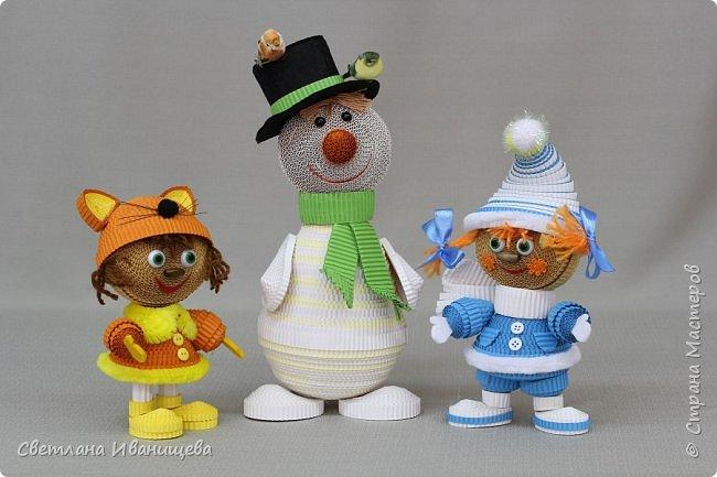 """Стихотворение  """"Снеговик""""  В. Степанова  послужило источником вдохновения для создания  нашей композиции.  Раз - рука, два - рука -  Лепим мы снеговика! Три - четыре, три - четыре, Нарисуем рот по шире! Пять - найдем морковь для носа, Угольки найдем для глаз. Шесть - наденем шляпу косо. Пусть смеется он у нас. Семь и восемь, семь и восемь, Мы сплясать его попросим. Девять - десять - снеговик Через голову - кувырк!!! Ну и цирк!  фото 8"""