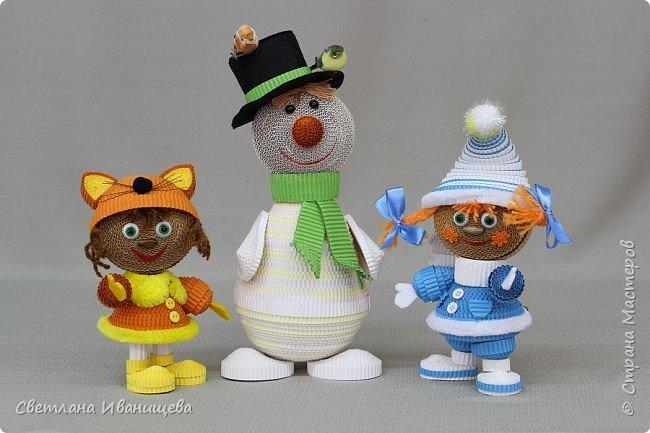 """Стихотворение  """"Снеговик""""  В. Степанова  послужило источником вдохновения для создания  нашей композиции.  Раз - рука, два - рука -  Лепим мы снеговика! Три - четыре, три - четыре, Нарисуем рот по шире! Пять - найдем морковь для носа, Угольки найдем для глаз. Шесть - наденем шляпу косо. Пусть смеется он у нас. Семь и восемь, семь и восемь, Мы сплясать его попросим. Девять - десять - снеговик Через голову - кувырк!!! Ну и цирк!  фото 9"""