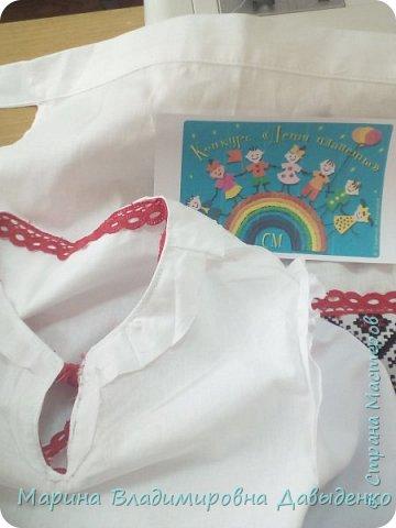 Для участия в конкурсе девочка (ученица 2 класса) использовала готовый рушник (с нанесенным рисунком). Его разрезали на 4 части: две - для рукавов и одна для фартука). Костюм шился на девочку, но в срочном порядке пришлось делать куклу, которую теперь и облачили в костюм.  фото 5
