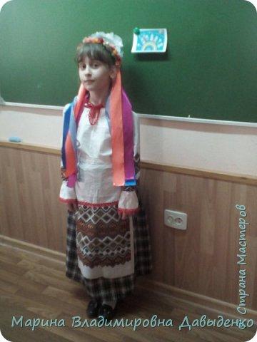 Для участия в конкурсе девочка (ученица 2 класса) использовала готовый рушник (с нанесенным рисунком). Его разрезали на 4 части: две - для рукавов и одна для фартука). Костюм шился на девочку, но в срочном порядке пришлось делать куклу, которую теперь и облачили в костюм.  фото 12
