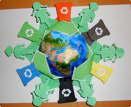 """Доброго времени суток уважаемые конкурсанты и жители Страны! Не прошли и мы мимо объявленного конкурса! Представляем нашу работу. Воспитание экологической ответственности подрастающего поколения актуальна в работе каждого педагога. В моей деятельности  экологическое воспитание - это различные формы работы, в том числе и творческие проекты.  Сейчас в нашем городе проходят различные акции по раздельному сбору мусора, утилизации. Обучающиеся  школ активно включаются в эти экологические мероприятия. Задача моих воспитанниц - привлечь внимание и детей, и взрослых  к воспитанию такой привычки, как раздельный сбор мусора для вторичной переработки. Наш творческий проект разрабатывался под девизом """"Береги природу - сдавай в переработку отходы!""""  Конечным """"продуктом"""" стала вот такая эмблема, идея которой - раздельный сбор мусора.  фото 5"""