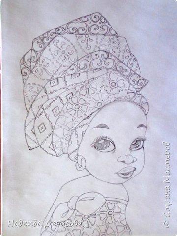 """Эта малышка живёт в знойной загадочной Африке, где гуляет """"гиппопо по широкой Лимпопо"""".Она принадлежит к многочисленному народу Йоруба, проживающему в Нигерии в Западной Африке. Йоруба -- творцы уникальной самобытной цивилизации. Считается, что предки йоруба создали археологическую культуру Нок в первом тысячелетии до нашей эры. Малышка одета в головной убор народа йоруба, который называется Геле.  Это не просто головной убор, Геле -- произведение искусства. Убор носится как повседневная одежда и заворачивается самостоятельно. В особых торжественных случаях Геле укладывает (наматывает) мастер. Геле делают из разных тканей: жаккард, парча и специальная ткань ручной работы Асооке, очень популярная в Нигерии.  Малышка одета в праздничную одежду, по случаю свадебной церемонии её сестры.  Нигерия очень богатая страна. Она богата своей историей, полезными ископаемыми, здесь очень богатый животный мир. Все климатические зоны Африки можно найти в Нигерии: засушливые саванны, красивейшие водопады и густые пойменные джунгли. Животный мир очень разнообразен, В естественных условиях животный мир представлен в национальных парках. Здесь живут: слоны, жирафы, носороги, львы, гепарды и многочисленные антилопы. Площадь Нигерии составляет 923 768 кв. км, для сравнения площадь России в 18,5 раз больше. Население составляет 194 млн. человек, для сравнения в России на 50 млн. человек меньше. Вот такие интересные цифры.  фото 2"""