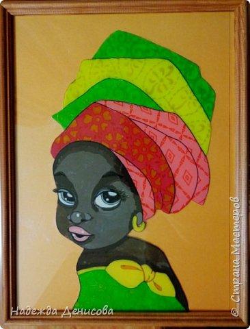 """Эта малышка живёт в знойной загадочной Африке, где гуляет """"гиппопо по широкой Лимпопо"""".Она принадлежит к многочисленному народу Йоруба, проживающему в Нигерии в Западной Африке. Йоруба -- творцы уникальной самобытной цивилизации. Считается, что предки йоруба создали археологическую культуру Нок в первом тысячелетии до нашей эры. Малышка одета в головной убор народа йоруба, который называется Геле.  Это не просто головной убор, Геле -- произведение искусства. Убор носится как повседневная одежда и заворачивается самостоятельно. В особых торжественных случаях Геле укладывает (наматывает) мастер. Геле делают из разных тканей: жаккард, парча и специальная ткань ручной работы Асооке, очень популярная в Нигерии.  Малышка одета в праздничную одежду, по случаю свадебной церемонии её сестры.  Нигерия очень богатая страна. Она богата своей историей, полезными ископаемыми, здесь очень богатый животный мир. Все климатические зоны Африки можно найти в Нигерии: засушливые саванны, красивейшие водопады и густые пойменные джунгли. Животный мир очень разнообразен, В естественных условиях животный мир представлен в национальных парках. Здесь живут: слоны, жирафы, носороги, львы, гепарды и многочисленные антилопы. Площадь Нигерии составляет 923 768 кв. км, для сравнения площадь России в 18,5 раз больше. Население составляет 194 млн. человек, для сравнения в России на 50 млн. человек меньше. Вот такие интересные цифры.  фото 1"""
