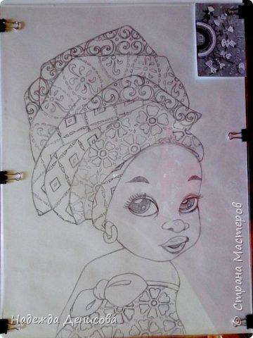 """Эта малышка живёт в знойной загадочной Африке, где гуляет """"гиппопо по широкой Лимпопо"""".Она принадлежит к многочисленному народу Йоруба, проживающему в Нигерии в Западной Африке. Йоруба -- творцы уникальной самобытной цивилизации. Считается, что предки йоруба создали археологическую культуру Нок в первом тысячелетии до нашей эры. Малышка одета в головной убор народа йоруба, который называется Геле.  Это не просто головной убор, Геле -- произведение искусства. Убор носится как повседневная одежда и заворачивается самостоятельно. В особых торжественных случаях Геле укладывает (наматывает) мастер. Геле делают из разных тканей: жаккард, парча и специальная ткань ручной работы Асооке, очень популярная в Нигерии.  Малышка одета в праздничную одежду, по случаю свадебной церемонии её сестры.  Нигерия очень богатая страна. Она богата своей историей, полезными ископаемыми, здесь очень богатый животный мир. Все климатические зоны Африки можно найти в Нигерии: засушливые саванны, красивейшие водопады и густые пойменные джунгли. Животный мир очень разнообразен, В естественных условиях животный мир представлен в национальных парках. Здесь живут: слоны, жирафы, носороги, львы, гепарды и многочисленные антилопы. Площадь Нигерии составляет 923 768 кв. км, для сравнения площадь России в 18,5 раз больше. Население составляет 194 млн. человек, для сравнения в России на 50 млн. человек меньше. Вот такие интересные цифры.  фото 3"""