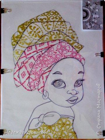 """Эта малышка живёт в знойной загадочной Африке, где гуляет """"гиппопо по широкой Лимпопо"""".Она принадлежит к многочисленному народу Йоруба, проживающему в Нигерии в Западной Африке. Йоруба -- творцы уникальной самобытной цивилизации. Считается, что предки йоруба создали археологическую культуру Нок в первом тысячелетии до нашей эры. Малышка одета в головной убор народа йоруба, который называется Геле.  Это не просто головной убор, Геле -- произведение искусства. Убор носится как повседневная одежда и заворачивается самостоятельно. В особых торжественных случаях Геле укладывает (наматывает) мастер. Геле делают из разных тканей: жаккард, парча и специальная ткань ручной работы Асооке, очень популярная в Нигерии.  Малышка одета в праздничную одежду, по случаю свадебной церемонии её сестры.  Нигерия очень богатая страна. Она богата своей историей, полезными ископаемыми, здесь очень богатый животный мир. Все климатические зоны Африки можно найти в Нигерии: засушливые саванны, красивейшие водопады и густые пойменные джунгли. Животный мир очень разнообразен, В естественных условиях животный мир представлен в национальных парках. Здесь живут: слоны, жирафы, носороги, львы, гепарды и многочисленные антилопы. Площадь Нигерии составляет 923 768 кв. км, для сравнения площадь России в 18,5 раз больше. Население составляет 194 млн. человек, для сравнения в России на 50 млн. человек меньше. Вот такие интересные цифры.  фото 5"""