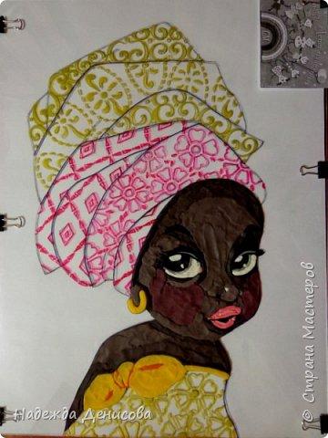 """Эта малышка живёт в знойной загадочной Африке, где гуляет """"гиппопо по широкой Лимпопо"""".Она принадлежит к многочисленному народу Йоруба, проживающему в Нигерии в Западной Африке. Йоруба -- творцы уникальной самобытной цивилизации. Считается, что предки йоруба создали археологическую культуру Нок в первом тысячелетии до нашей эры. Малышка одета в головной убор народа йоруба, который называется Геле.  Это не просто головной убор, Геле -- произведение искусства. Убор носится как повседневная одежда и заворачивается самостоятельно. В особых торжественных случаях Геле укладывает (наматывает) мастер. Геле делают из разных тканей: жаккард, парча и специальная ткань ручной работы Асооке, очень популярная в Нигерии.  Малышка одета в праздничную одежду, по случаю свадебной церемонии её сестры.  Нигерия очень богатая страна. Она богата своей историей, полезными ископаемыми, здесь очень богатый животный мир. Все климатические зоны Африки можно найти в Нигерии: засушливые саванны, красивейшие водопады и густые пойменные джунгли. Животный мир очень разнообразен, В естественных условиях животный мир представлен в национальных парках. Здесь живут: слоны, жирафы, носороги, львы, гепарды и многочисленные антилопы. Площадь Нигерии составляет 923 768 кв. км, для сравнения площадь России в 18,5 раз больше. Население составляет 194 млн. человек, для сравнения в России на 50 млн. человек меньше. Вот такие интересные цифры.  фото 6"""