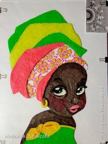 """Эта малышка живёт в знойной загадочной Африке, где гуляет """"гиппопо по широкой Лимпопо"""".Она принадлежит к многочисленному народу Йоруба, проживающему в Нигерии в Западной Африке. Йоруба -- творцы уникальной самобытной цивилизации. Считается, что предки йоруба создали археологическую культуру Нок в первом тысячелетии до нашей эры. Малышка одета в головной убор народа йоруба, который называется Геле.  Это не просто головной убор, Геле -- произведение искусства. Убор носится как повседневная одежда и заворачивается самостоятельно. В особых торжественных случаях Геле укладывает (наматывает) мастер. Геле делают из разных тканей: жаккард, парча и специальная ткань ручной работы Асооке, очень популярная в Нигерии.  Малышка одета в праздничную одежду, по случаю свадебной церемонии её сестры.  Нигерия очень богатая страна. Она богата своей историей, полезными ископаемыми, здесь очень богатый животный мир. Все климатические зоны Африки можно найти в Нигерии: засушливые саванны, красивейшие водопады и густые пойменные джунгли. Животный мир очень разнообразен, В естественных условиях животный мир представлен в национальных парках. Здесь живут: слоны, жирафы, носороги, львы, гепарды и многочисленные антилопы. Площадь Нигерии составляет 923 768 кв. км, для сравнения площадь России в 18,5 раз больше. Население составляет 194 млн. человек, для сравнения в России на 50 млн. человек меньше. Вот такие интересные цифры.  фото 7"""