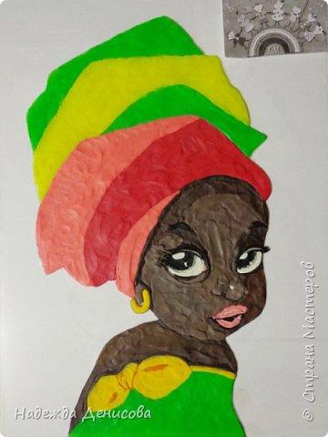 """Эта малышка живёт в знойной загадочной Африке, где гуляет """"гиппопо по широкой Лимпопо"""".Она принадлежит к многочисленному народу Йоруба, проживающему в Нигерии в Западной Африке. Йоруба -- творцы уникальной самобытной цивилизации. Считается, что предки йоруба создали археологическую культуру Нок в первом тысячелетии до нашей эры. Малышка одета в головной убор народа йоруба, который называется Геле.  Это не просто головной убор, Геле -- произведение искусства. Убор носится как повседневная одежда и заворачивается самостоятельно. В особых торжественных случаях Геле укладывает (наматывает) мастер. Геле делают из разных тканей: жаккард, парча и специальная ткань ручной работы Асооке, очень популярная в Нигерии.  Малышка одета в праздничную одежду, по случаю свадебной церемонии её сестры.  Нигерия очень богатая страна. Она богата своей историей, полезными ископаемыми, здесь очень богатый животный мир. Все климатические зоны Африки можно найти в Нигерии: засушливые саванны, красивейшие водопады и густые пойменные джунгли. Животный мир очень разнообразен, В естественных условиях животный мир представлен в национальных парках. Здесь живут: слоны, жирафы, носороги, львы, гепарды и многочисленные антилопы. Площадь Нигерии составляет 923 768 кв. км, для сравнения площадь России в 18,5 раз больше. Население составляет 194 млн. человек, для сравнения в России на 50 млн. человек меньше. Вот такие интересные цифры.  фото 8"""