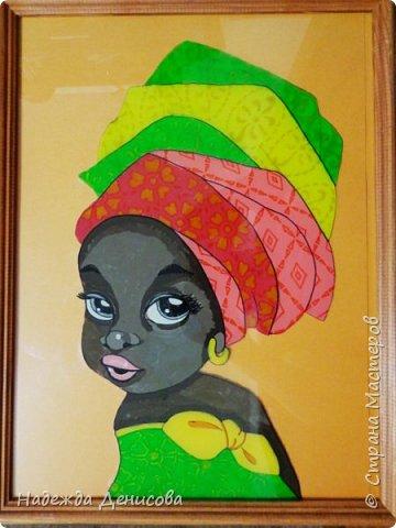"""Эта малышка живёт в знойной загадочной Африке, где гуляет """"гиппопо по широкой Лимпопо"""".Она принадлежит к многочисленному народу Йоруба, проживающему в Нигерии в Западной Африке. Йоруба -- творцы уникальной самобытной цивилизации. Считается, что предки йоруба создали археологическую культуру Нок в первом тысячелетии до нашей эры. Малышка одета в головной убор народа йоруба, который называется Геле.  Это не просто головной убор, Геле -- произведение искусства. Убор носится как повседневная одежда и заворачивается самостоятельно. В особых торжественных случаях Геле укладывает (наматывает) мастер. Геле делают из разных тканей: жаккард, парча и специальная ткань ручной работы Асооке, очень популярная в Нигерии.  Малышка одета в праздничную одежду, по случаю свадебной церемонии её сестры.  Нигерия очень богатая страна. Она богата своей историей, полезными ископаемыми, здесь очень богатый животный мир. Все климатические зоны Африки можно найти в Нигерии: засушливые саванны, красивейшие водопады и густые пойменные джунгли. Животный мир очень разнообразен, В естественных условиях животный мир представлен в национальных парках. Здесь живут: слоны, жирафы, носороги, львы, гепарды и многочисленные антилопы. Площадь Нигерии составляет 923 768 кв. км, для сравнения площадь России в 18,5 раз больше. Население составляет 194 млн. человек, для сравнения в России на 50 млн. человек меньше. Вот такие интересные цифры.  фото 9"""