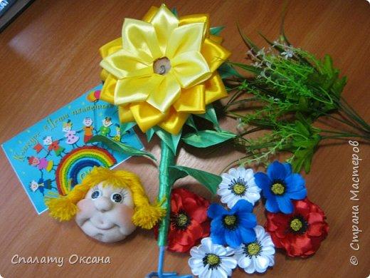 Добрый день! Очень нам с дочкой нравятся подсолнухи, но решили сделать не просто цветок, а с детским личиком. Подсолнухи… Как маленький ребёнок В простых явлениях видит чудо сказки… И радостно, что поутру, спросонок Всем улыбаются распахнутые глазки… фото 7