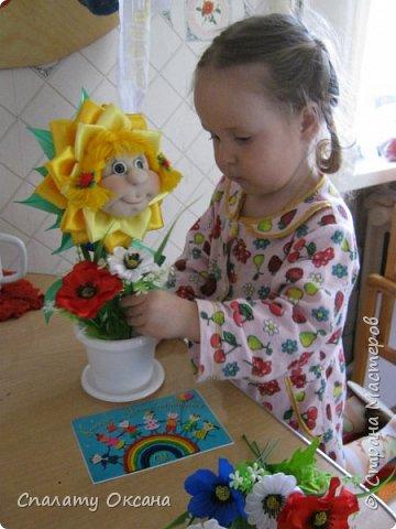 Добрый день! Очень нам с дочкой нравятся подсолнухи, но решили сделать не просто цветок, а с детским личиком. Подсолнухи… Как маленький ребёнок В простых явлениях видит чудо сказки… И радостно, что поутру, спросонок Всем улыбаются распахнутые глазки… фото 8