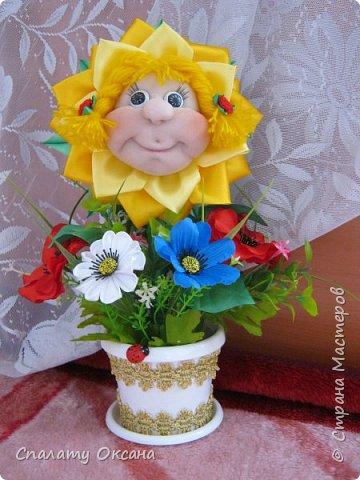 Добрый день! Очень нам с дочкой нравятся подсолнухи, но решили сделать не просто цветок, а с детским личиком. Подсолнухи… Как маленький ребёнок В простых явлениях видит чудо сказки… И радостно, что поутру, спросонок Всем улыбаются распахнутые глазки… фото 1