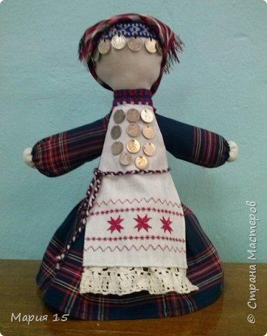 """Уважаемые мастера, представляем вам куклу в удмуртском костюме. Удмуртия не большая республика со своеобразно культурой. Традиционный удмуртский костюм чаще трехцветный: белый, красный, черный (темно синий). Украшен вышитым фартуком и нагрудным украшением """"манисто"""" из монеток. Традиционные удмуртские обереговые куклы (а наша кукла обереговая, оберегает дом, приносит счастье) всегда изготавливались без глаз. Для того, что бы в них не вселились злые духи. фото 11"""