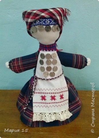 """Уважаемые мастера, представляем вам куклу в удмуртском костюме. Удмуртия не большая республика со своеобразно культурой. Традиционный удмуртский костюм чаще трехцветный: белый, красный, черный (темно синий). Украшен вышитым фартуком и нагрудным украшением """"манисто"""" из монеток. Традиционные удмуртские обереговые куклы (а наша кукла обереговая, оберегает дом, приносит счастье) всегда изготавливались без глаз. Для того, что бы в них не вселились злые духи. фото 12"""