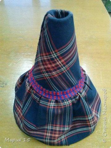 """Уважаемые мастера, представляем вам куклу в удмуртском костюме. Удмуртия не большая республика со своеобразно культурой. Традиционный удмуртский костюм чаще трехцветный: белый, красный, черный (темно синий). Украшен вышитым фартуком и нагрудным украшением """"манисто"""" из монеток. Традиционные удмуртские обереговые куклы (а наша кукла обереговая, оберегает дом, приносит счастье) всегда изготавливались без глаз. Для того, что бы в них не вселились злые духи. фото 6"""