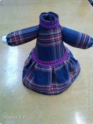 """Уважаемые мастера, представляем вам куклу в удмуртском костюме. Удмуртия не большая республика со своеобразно культурой. Традиционный удмуртский костюм чаще трехцветный: белый, красный, черный (темно синий). Украшен вышитым фартуком и нагрудным украшением """"манисто"""" из монеток. Традиционные удмуртские обереговые куклы (а наша кукла обереговая, оберегает дом, приносит счастье) всегда изготавливались без глаз. Для того, что бы в них не вселились злые духи. фото 7"""