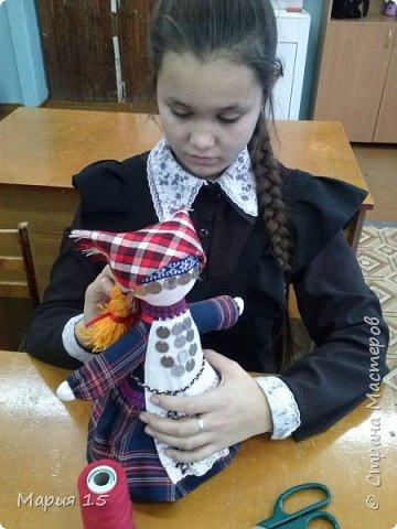 """Уважаемые мастера, представляем вам куклу в удмуртском костюме. Удмуртия не большая республика со своеобразно культурой. Традиционный удмуртский костюм чаще трехцветный: белый, красный, черный (темно синий). Украшен вышитым фартуком и нагрудным украшением """"манисто"""" из монеток. Традиционные удмуртские обереговые куклы (а наша кукла обереговая, оберегает дом, приносит счастье) всегда изготавливались без глаз. Для того, что бы в них не вселились злые духи. фото 10"""