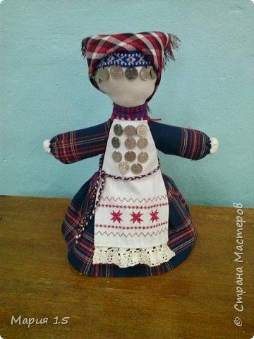 """Уважаемые мастера, представляем вам куклу в удмуртском костюме. Удмуртия не большая республика со своеобразно культурой. Традиционный удмуртский костюм чаще трехцветный: белый, красный, черный (темно синий). Украшен вышитым фартуком и нагрудным украшением """"манисто"""" из монеток. Традиционные удмуртские обереговые куклы (а наша кукла обереговая, оберегает дом, приносит счастье) всегда изготавливались без глаз. Для того, что бы в них не вселились злые духи. фото 1"""