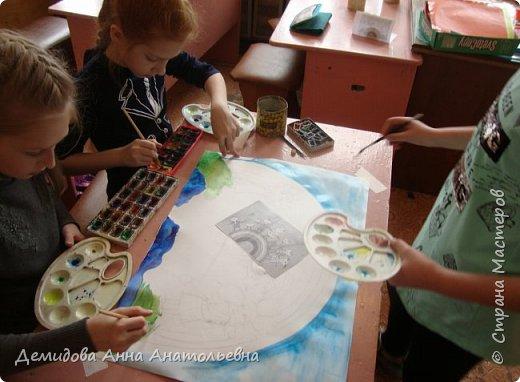 """Здравствуйте мастера и мастерицы! Решила со своими ученицами принять участие в этом замечательном конкурсе """"Дети планеты"""", в номинации """"Зеленая планета"""". Волнительно было осознавать,что от того как преподнесу детям, что такое экология и экологический образ жизни возможно зависит судьба планеты.Ведь каждый человек, пусть даже пока маленький человечек - это частица живой природы. Понимать это - значит жить в согласии со окружающем миром и радоваться его красотой. Внимание в этом году перешло к экологии, конечно мало года к этой настолько острой проблеме. Ведь очень важно не только остановить и сохранить, но и приумножить по возможности природные ресурсы. Работа представляет собой часть зеленой планеты с морями и океанами, на ней дети - цветы жизни ухаживают за природой, а над ними мирное небо в лучиках солнца и радуги. В своей творческой работе девочки изобразили самих себя. Катя запечатлела себя высаживающую молодое деревце, а Полина помогает ей в этом. Настя в образовательной школе ежегодно участвует в конкурсе """"Каждой пичужке по кормушке"""", и без сомнений представила себя в этой роли. фото 4"""